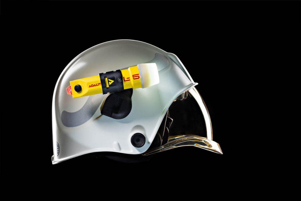 foto industrial linterna y casco