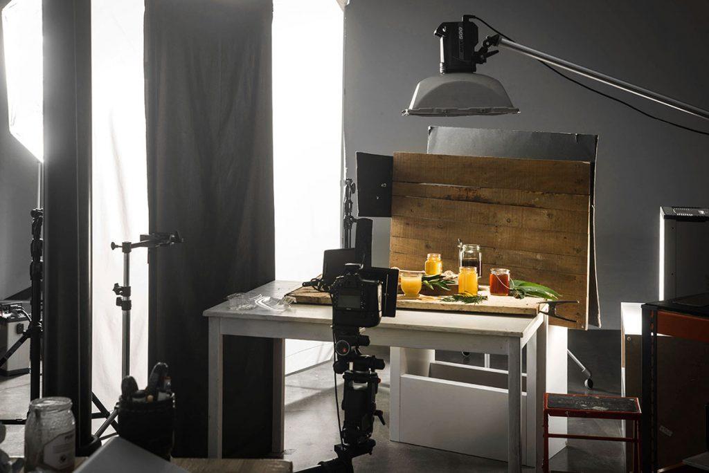 Fotografía making of del bodegón de alimentación en el estudio de Alejandro Braña