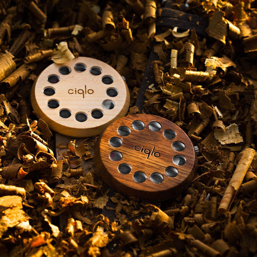 bodegón relojes sobre madera