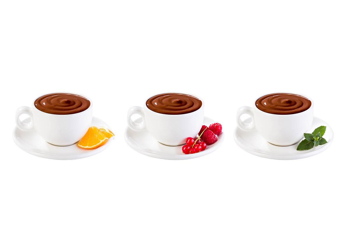 Fotografía tazas de chocolate sabores sobre fondo blanco