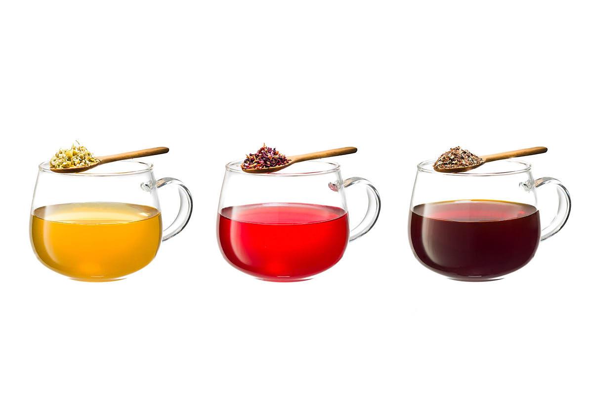 Bodegón tazas de té sobre fondo blanco