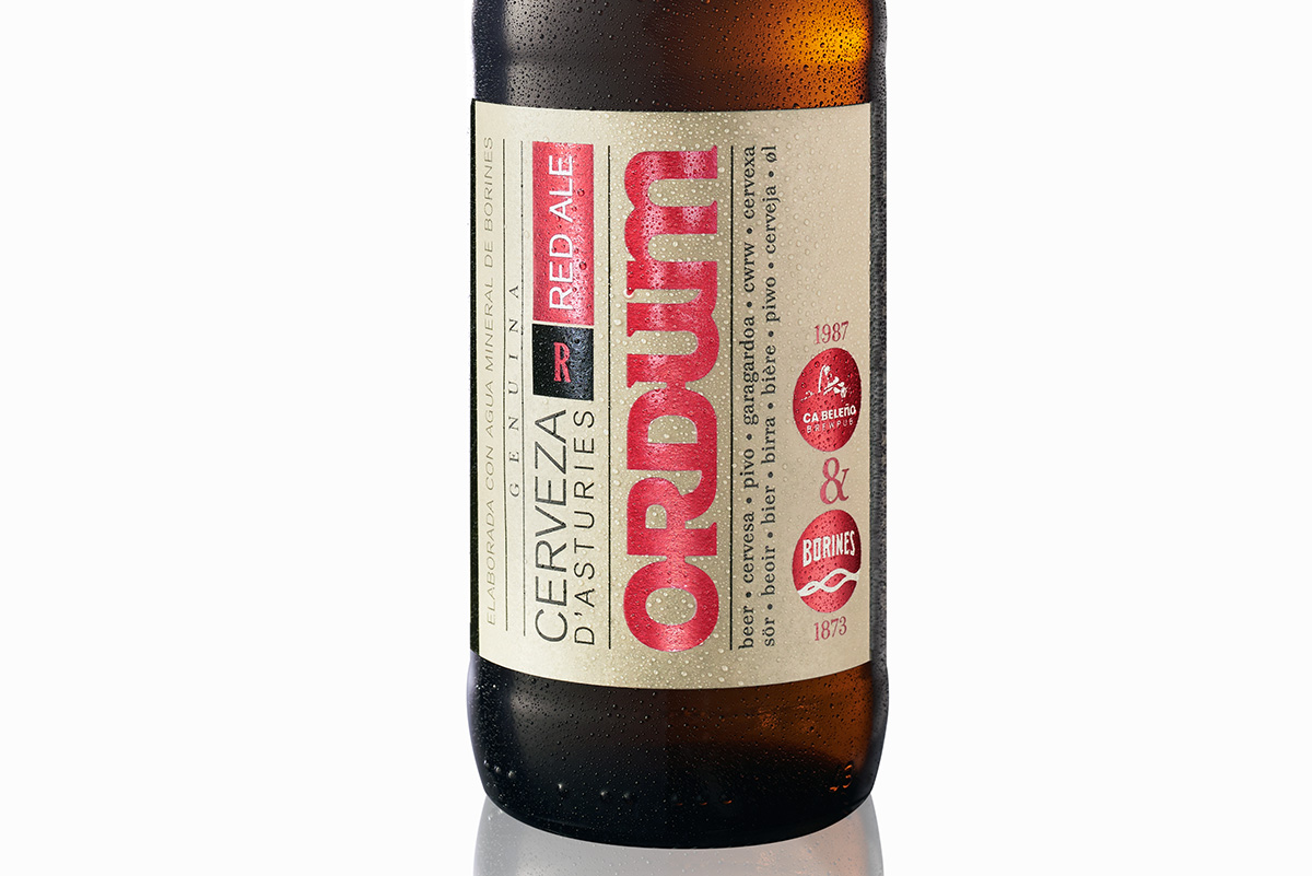 Detalle de la iluminación de una etiqueta de marca de cerveza