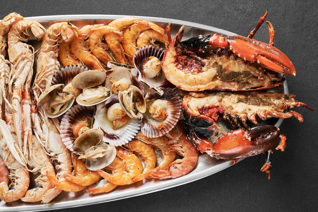 parrillada de marisco y pescados en restaurante en Asturias