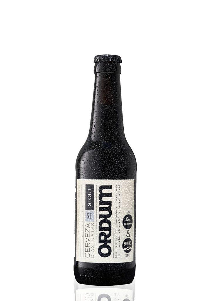 Fotografía de cerveza artesana sobre fondo blanco