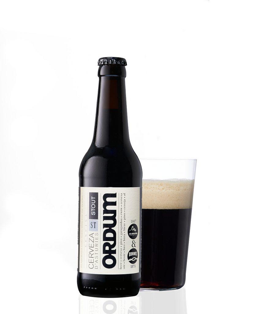 Fotografía y vaso de cerveza artesana de Asturias