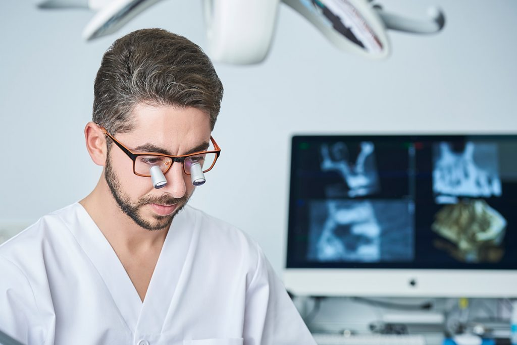 Sesión de fotografía en clínica dental para marca de gafas binoculares
