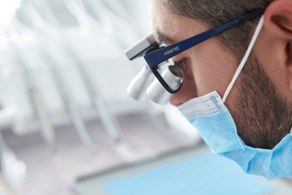 Detalle de unas gafas binoculares en una sesión de fotografía publicitaria