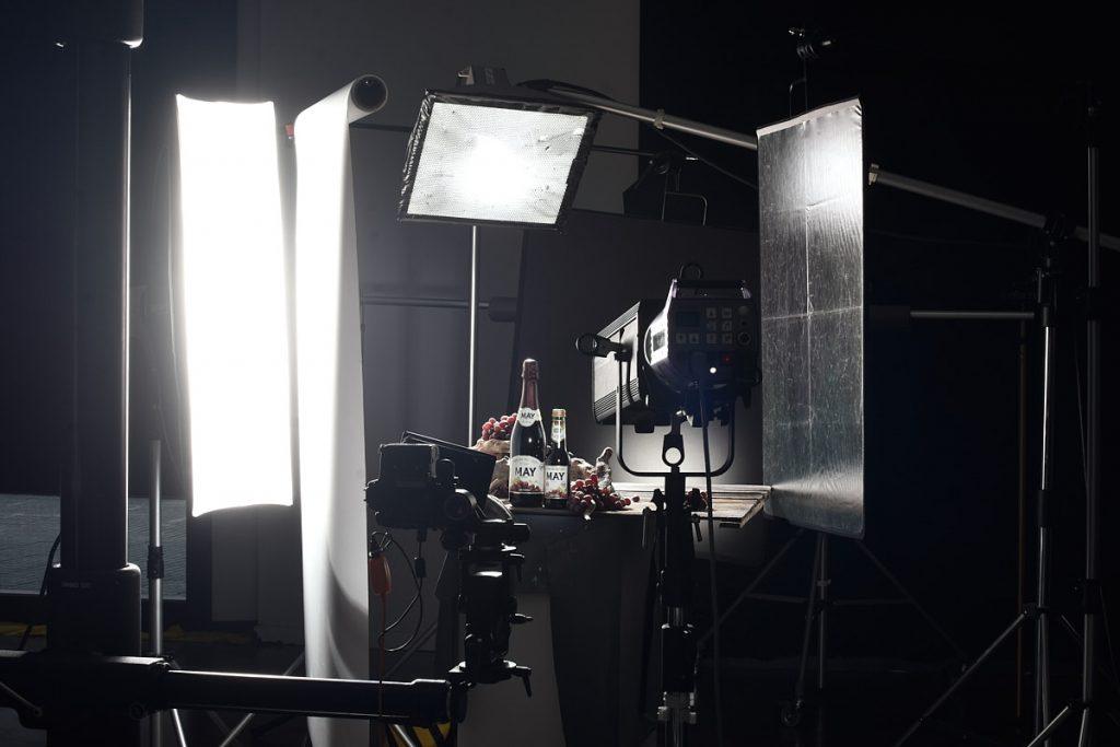 Imagen del making of de la sesión en el estudio de Alejandro Braña para un bodegón de bebidas