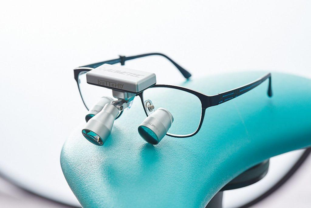 Fotografía de producto gafas binoculares para odontólogos