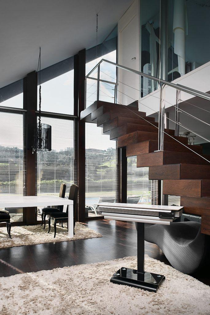 Presentación de un producto en un gran salón con ventanales de un chalé