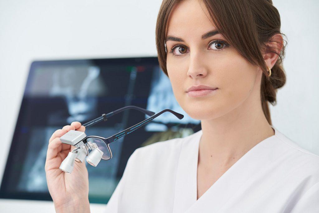 Sesión fotografía publicitaria gafas binoculares para odontólogos